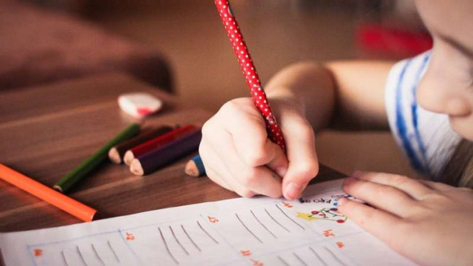 Ilustrasi anak menulis