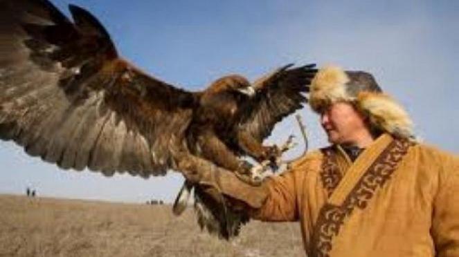 Warga Kazakstan dan burung rajawali.
