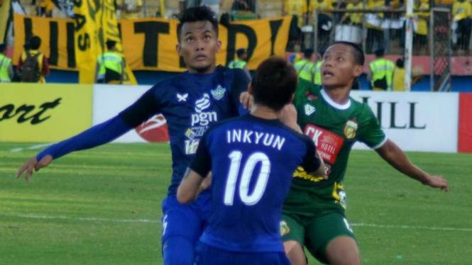Gelandang Bhayangkara Surabaya United, Evan Dimas (kanan) saat lawan Persegres.