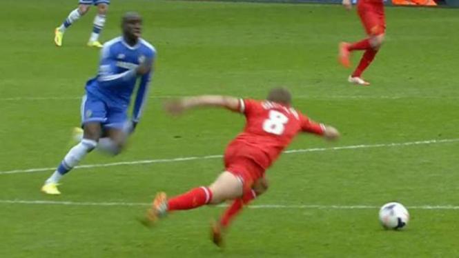Momen saat Steven Gerrard terpeleset saat mengejar bola