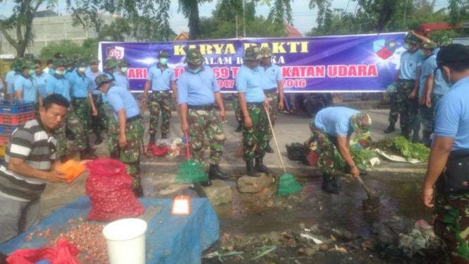 Prajurit Lanud Roesmin Nurjadin Pekanbaru membersihkan sampah