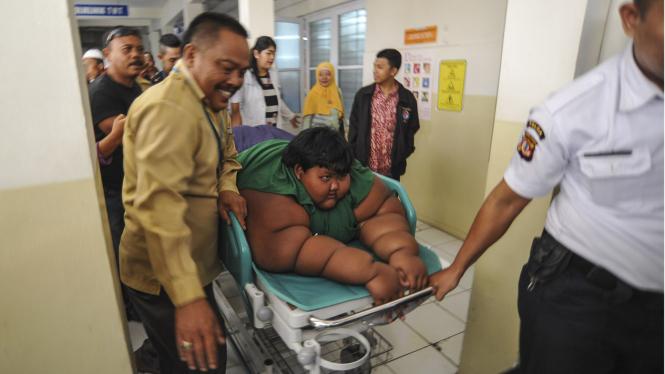 Arya bocah obesitas menjalani perawatan di Bandung.