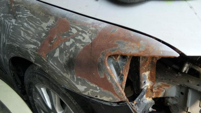 Karat pada bodi mobil.