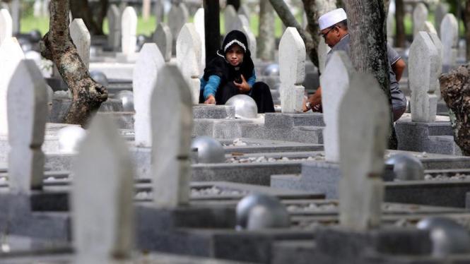 Ziarah di suatu pemakaman umum.