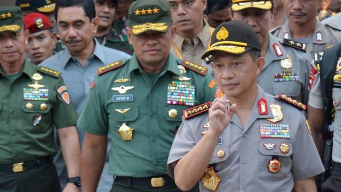 Kapolri Jenderal Tito Karnavian (kanan) dan Panglima TNI