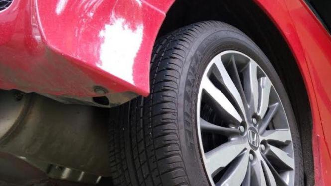 Bersihkan kolong mobil secara berkala.