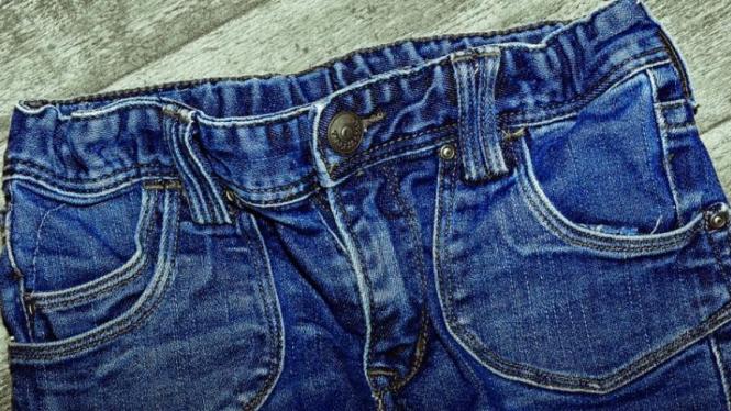 Celana jeans.