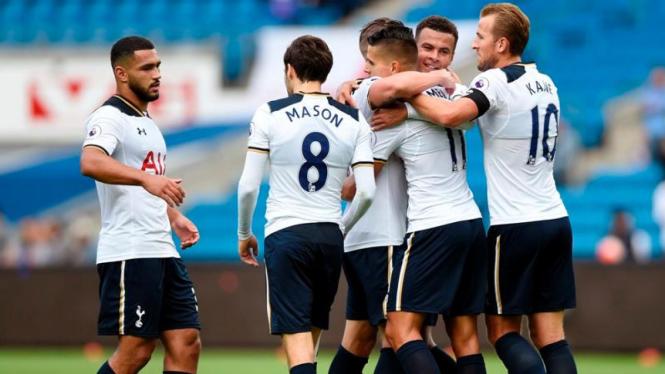 Para pemain Tottenham Hotspur merayakan gol.