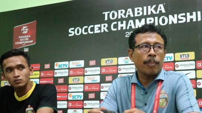 Pelatih Bhayangkara FC, Ibnu Grahan (kanan)
