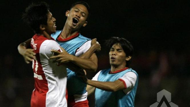 Para pemain PSM Makassar merayakan gol