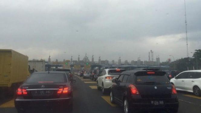 Situasi lalu lintas di Tol Serpong-Bintaro-Pondok Indah padat merayap.