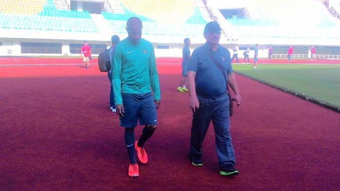 Striker Timnas Indonesia, Boaz Solossa (kiri) bersama Dokter Timnas Syarif Alwi
