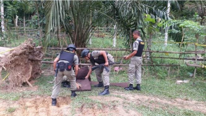 Tim Gegana Polres Aceh Timur mengevakuasi temuan bom dengan bobot 10 kilogram, Rabu (10/8/2016). Diduga bom yang tertimbun di dalam tanah ini adalah sisa konflik Aceh bertahun-tahun lalu.