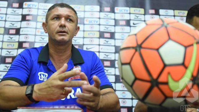 Pelatih Madura United, Gomes de Olivera.