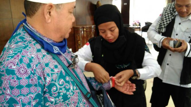 Tim Promotif dan Preventif memasangkan gelang merah bagi jemaah risti.
