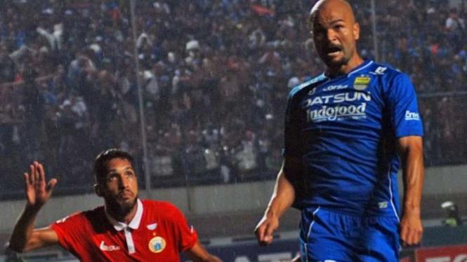 Striker Persib Bandung, Sergio van Dijk (kanan).
