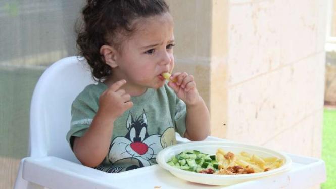 Anak makan sayur.