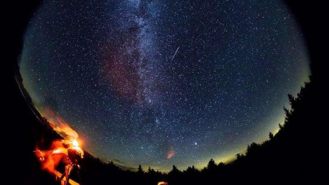 Ilustrasi penampakan hujan meteor.