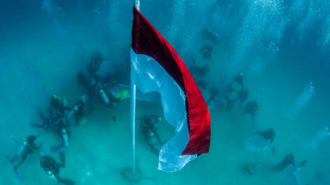 Pengibaran bendera merah putih di bawah laut Raja Ampat