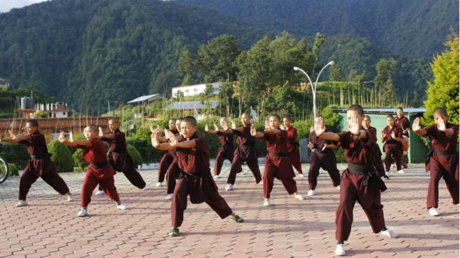 Biarawan dan biarawati berlatih kungfu di Druk Amitabha Mountain, Nepal.