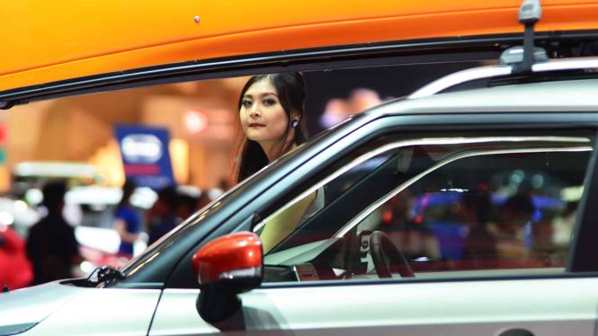 KPPU mempertanyakan data penjualan mobil yang dirilis Gaikindo. Menurutnya data ini rawan konflik. Foto: SPG di pameran mobil di Jakarta beberapa waktu lalu.