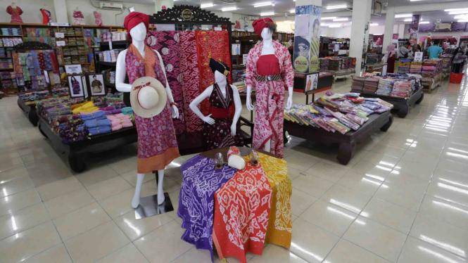 Sejumlah pakaian jadi batik Trusmi dipajang di Pusat Grosir Batik Trusmi 6551e944a0