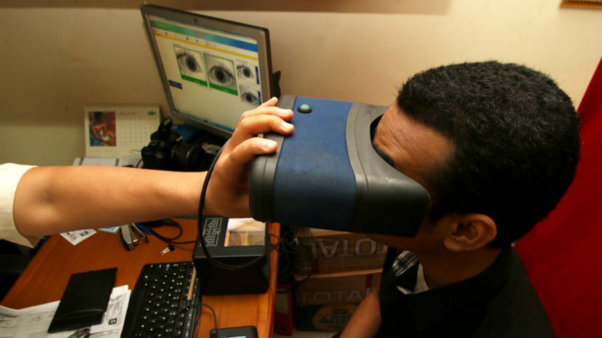 Petugas merekam data identitas warga pada pembuatan e-KTP di Kelurahan Palmerah, Jakarta, Kamis (25/8/2016)/Ilustrasi.