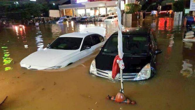 Mobil terendam banjir di Jalan Kemang Raya, Jakarta Selatan.