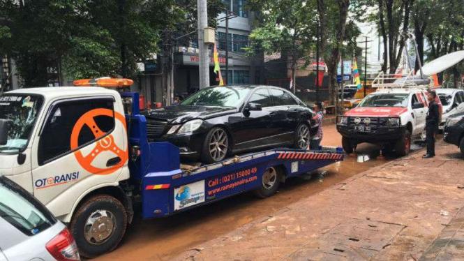 Mobil mewah terendam banjir di Kemang, Jakarta Selatan