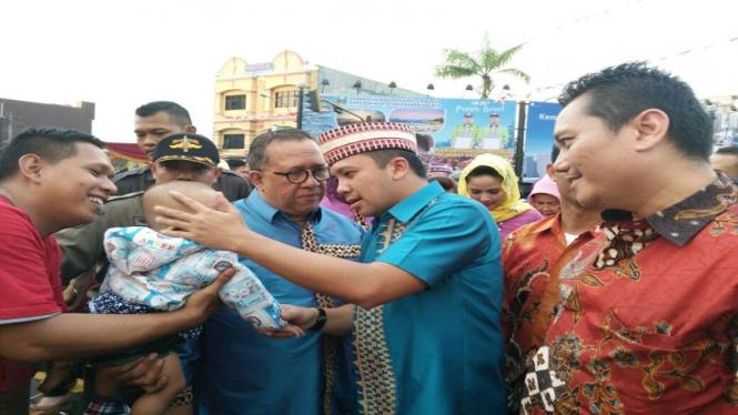 Gubernur Lampung M Ridho Ficardo mengelus seorang anak yang menonton.