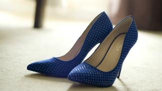 Ilustrasi sepatu hak tinggi di dalam rumah