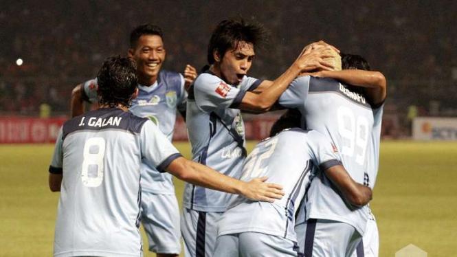Pemain Persela Lamongan merayakan gol