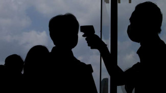 Petugas Kantor Kesehatan Pelabuhan Bandara melakukan pemantauan suhu tubuh penumpang pesawat menggunakan thermo infrared di Bandara Adisucipto, DI Yogyakarta, Selasa (2/9/2016)