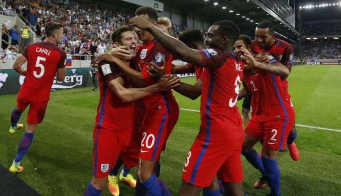 Para pemain Inggris merayakan gol Adam Lallana.