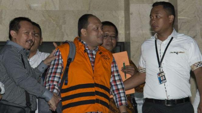 Bupati Banyuasin Yan Anton Ferdian (rompi jingga) ditahan usai diperiksa KPK, Jakarta.