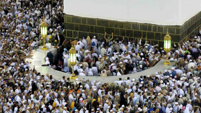 Hijir Ismail dipadati jemaah haji yang menunaikan salat sunah.