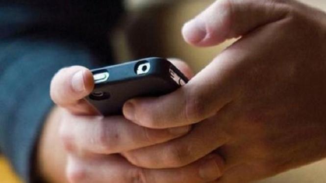 Ilustrasi bermain ponsel.