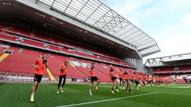 Para pemain Liverpool saat berlatih di depan tribun baru Anfield.