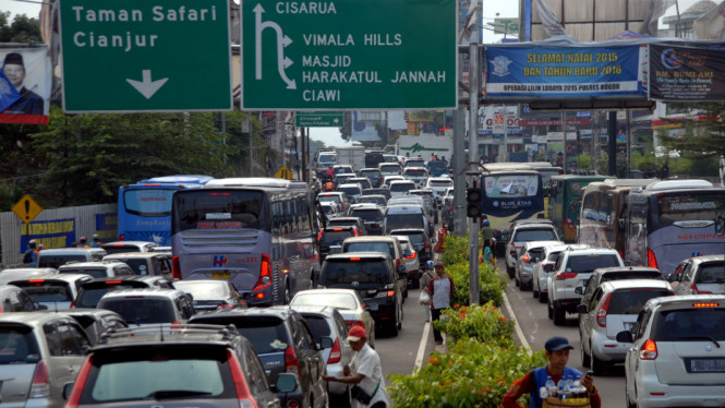 Antrean kendaraan di simpang Gadok, Puncak, Kabupaten Bogor, Jawa Barat, Sabtu (10/9/2016).