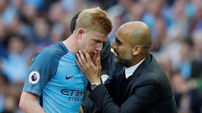 Pelatih Manchester City, Pep Guardiola, dengan Kevin de Bruyne.
