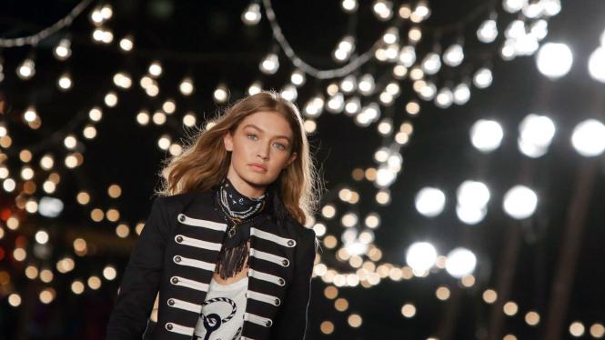 Gigi Hadid saat tampil di catwalk