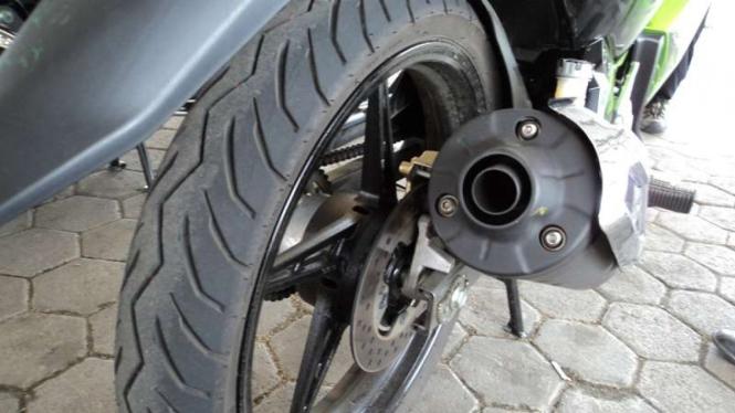 Ban tapak lebar pada sepeda motor.