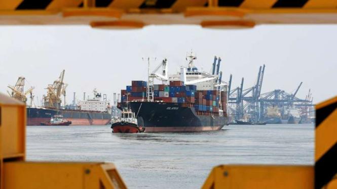Kapal kargo kontainer dipandu tugboat di Pelabuhan Tanjung Priok.