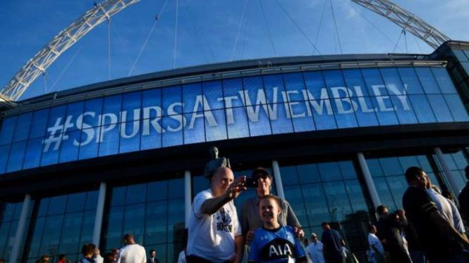 Tottenham Hotspur menggunakan Stadion Wembley