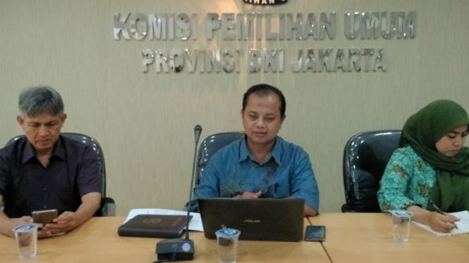 Ketua KPUD DKI, Sumarno (tengah)