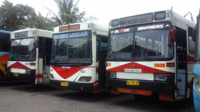 Bus kota milik Perum Pengangkutan Penumpang Djakarta (PPD)