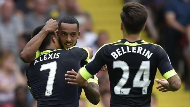 Para pemain Arsenal merayakan gol Alexis Sanchez (7)