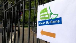 Aksi bersih-bersih Kota Roma Italia