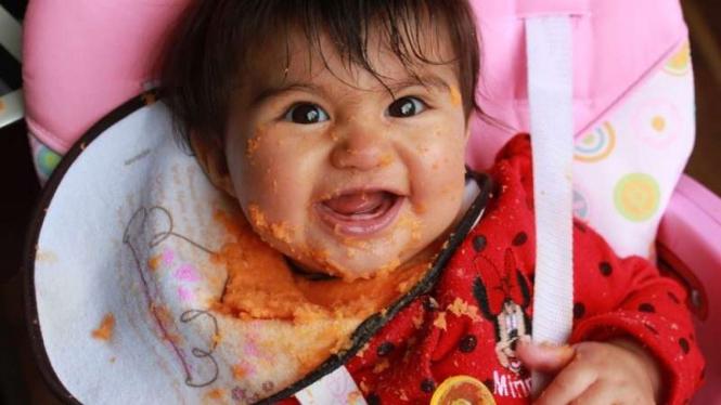 Ilustrasi bayi makan makanan pendamping ASI