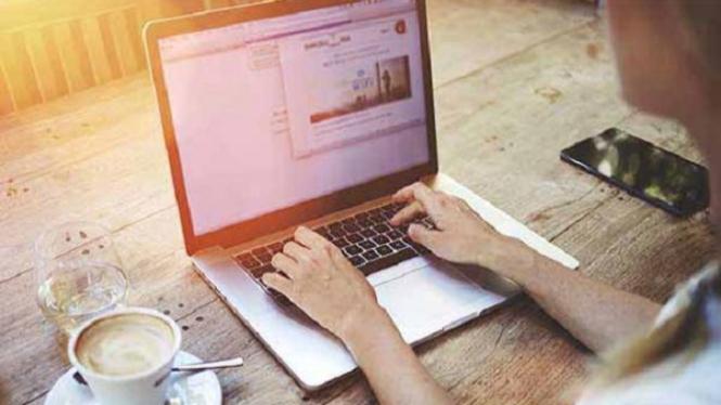 Bekerja di laptop mengandalkan wifi.